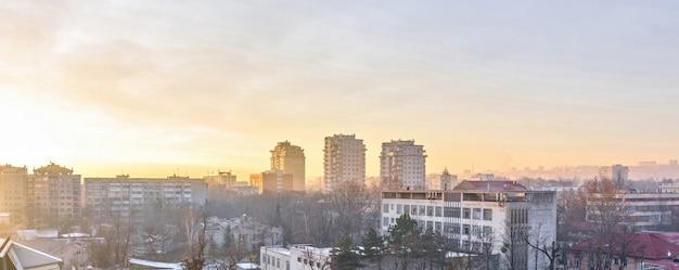 Coucher de soleil d'hiver dans la ville de chisinau