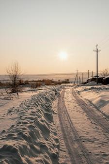 Coucher de soleil sur l'hiver enneigé