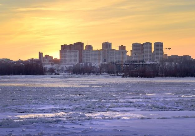 Coucher de soleil d'hiver sur les rives de la rivière ob nouveau quartier résidentiel gorsky au bord de la rivière