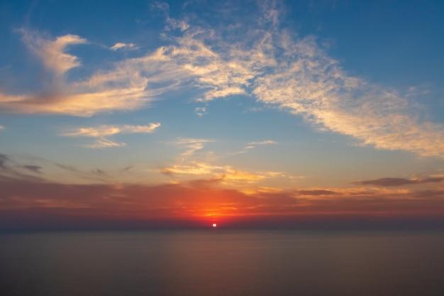 Coucher de soleil sur l'horizon marin