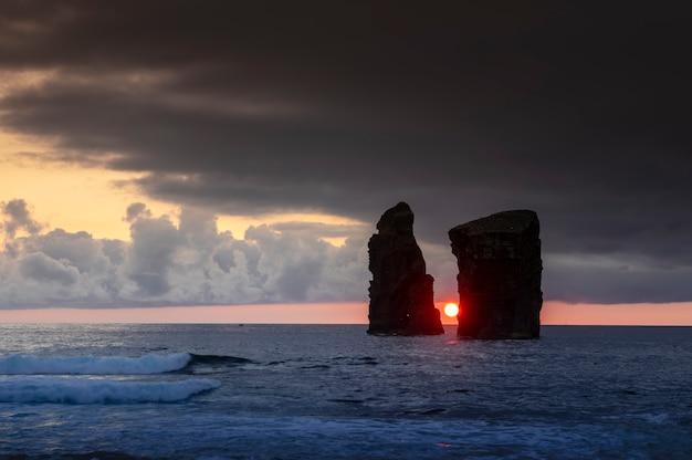 Coucher de soleil sur l'île de mosteiros sao miguel. açores. le portugal