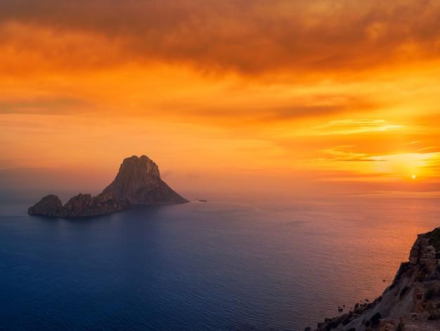 Coucher de soleil sur l'îlot es vedra aux îles baléares