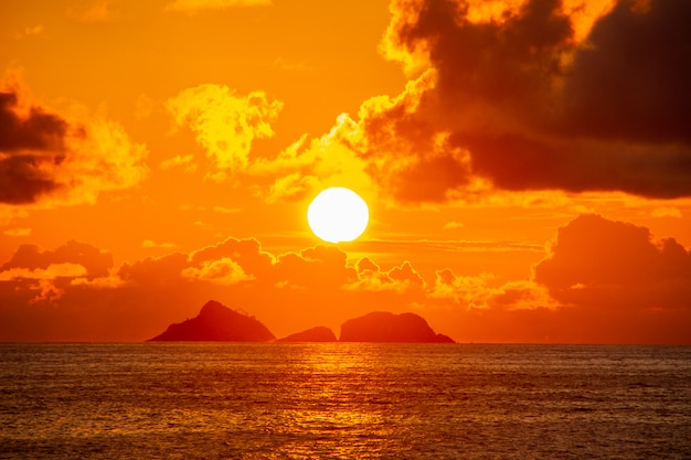 Coucher de soleil à ipanema avec ciel orange et nuages