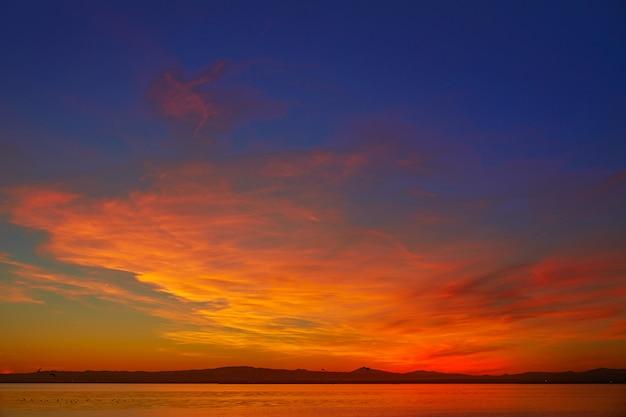 Coucher de soleil sur le lac la albufera à el saler de valence