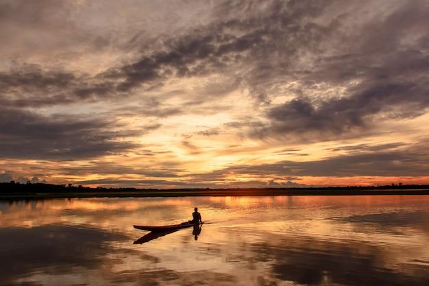 Coucher de soleil sur le lac beau coucher de soleil derrière les nuages au dessus du lac paysage backg