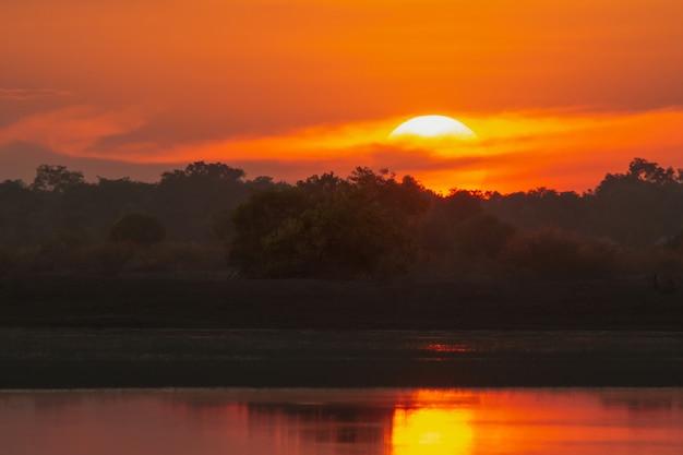 Coucher de soleil sur le lac beau coucher de soleil derrière les nuages au-dessus du paysage de lac