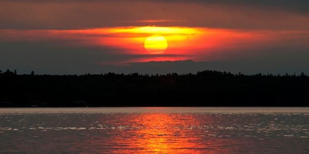 Coucher de soleil sur un lac, lac des bois, ontario, canada
