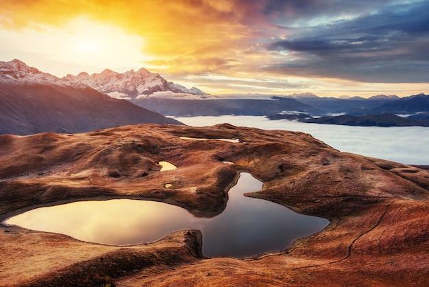 Coucher de soleil sur le lac de montagne koruldi. upper svaneti, géorgie, europe.