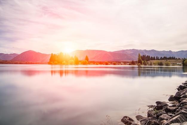 Coucher de soleil sur un lac avec des pins