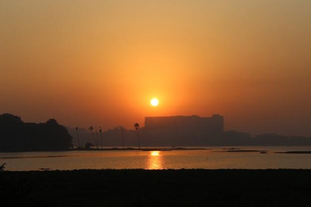 Coucher de soleil sur le lac powai mumbai mh
