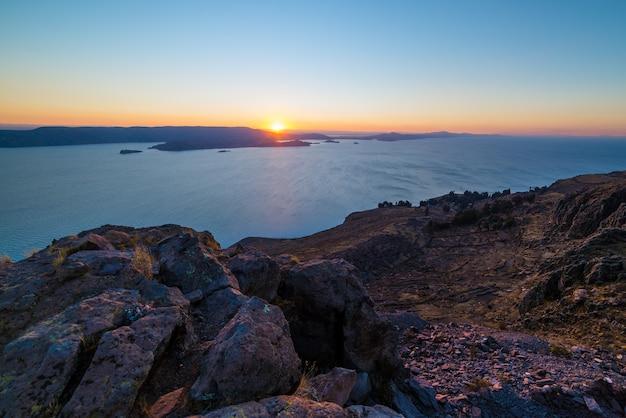 Coucher de soleil sur le lac titicaca depuis l'île d'amantani, au pérou