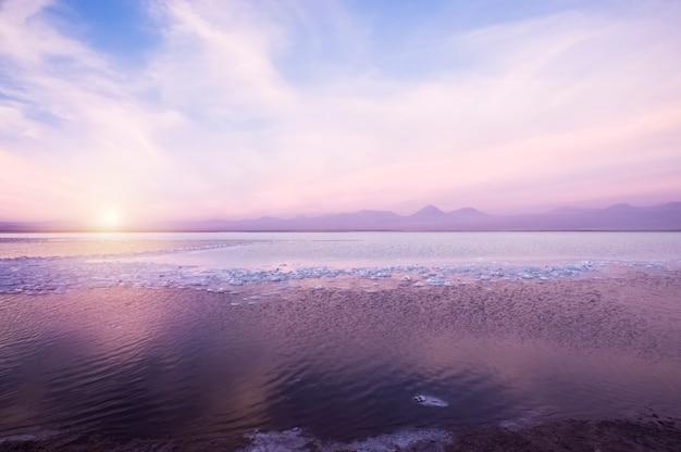 Coucher de soleil à laguna cejar, dans le désert d'atacama