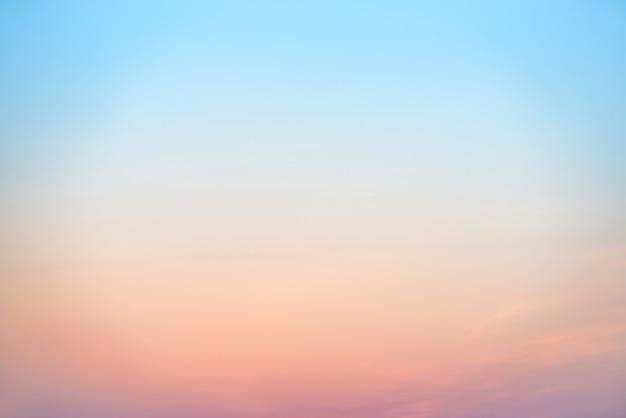 Coucher de soleil ou lever de soleil coloré beau ciel rose, rouge, bleu et orange