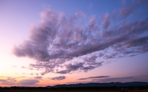 Coucher de soleil et lever de soleil colorés avec des nuages.