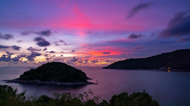 Coucher de soleil ou lever de soleil sur le paysage de la mer
