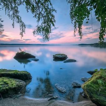 Coucher de soleil sur la longue exposition du lac