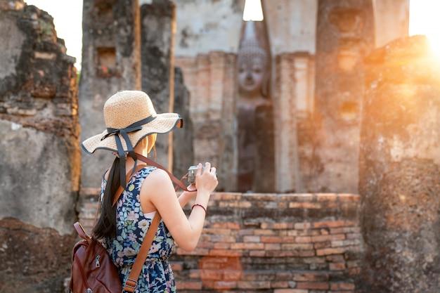 Coucher de soleil et lumière dans le parc historique de sukhothai