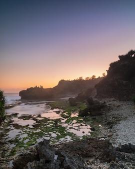 Coucher de soleil magique à bluluk ou mbluluk beach. nouvelle plage explorée près de gunungkidul