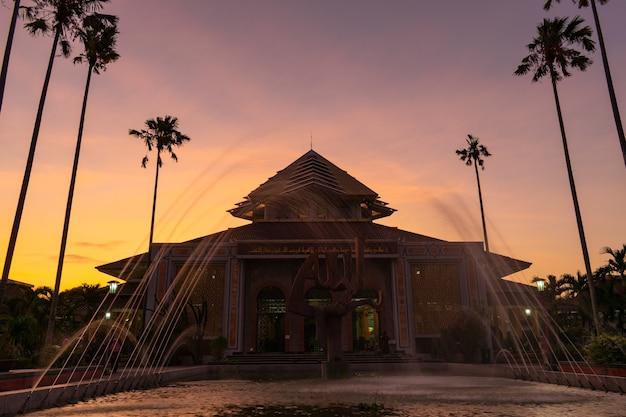 Coucher de soleil magique à masjid kampus ugm la grande mosquée autour de l'université gadjah mada indonésie
