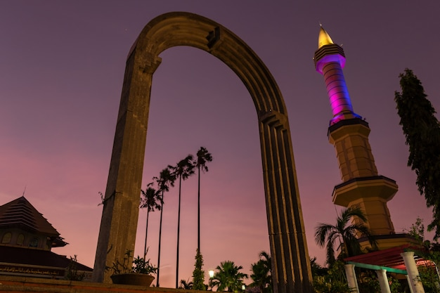 Coucher de soleil magique à masjid kampus ugm la grande mosquée autour de l'université gadjah mada