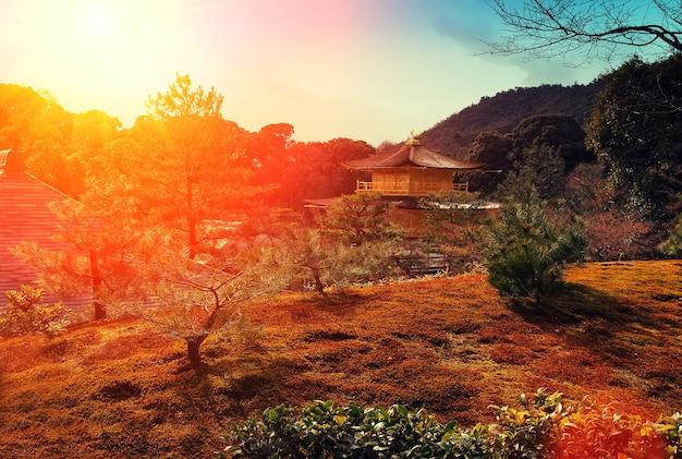 Coucher de soleil magique sur le temple kinkakuji, kyoto, japon