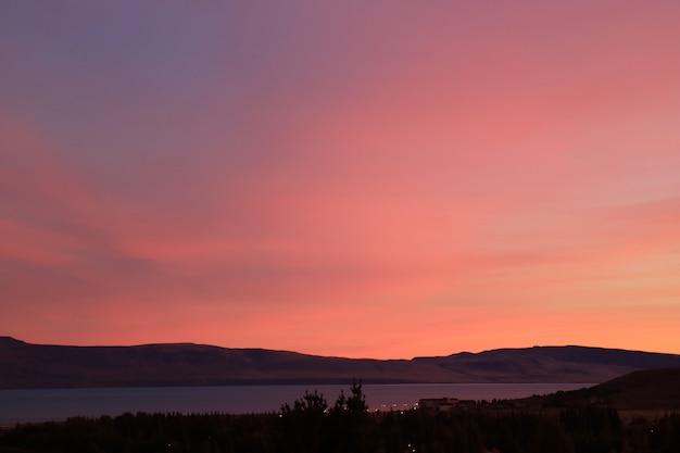 Coucher de soleil magnifique ciel rose et violet sur le lac argentino à el calafate, patagonie, argentine