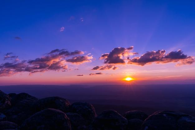 Coucher de soleil magnifique paysage au parc national de phu hin rong kla en thaïlande