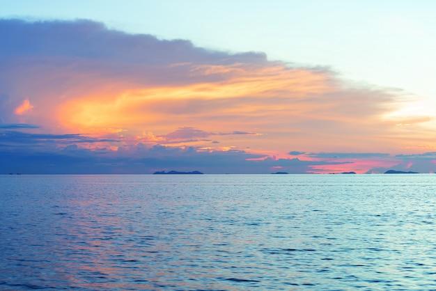 Coucher de soleil magnifique plage avec gros nuages de pluie et fond de ciel de lumière dorée