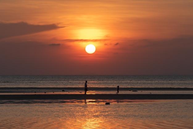 Coucher de soleil magnifique plage tropicale avec fond de lumières dorées, koh samui, thaïlande