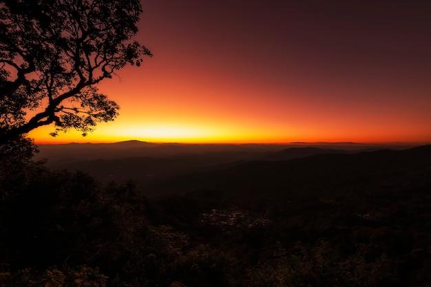 Coucher de soleil majestueux sur les montagnes
