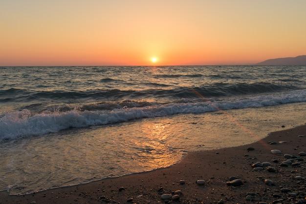 Coucher de soleil sur la mer en abkhazie