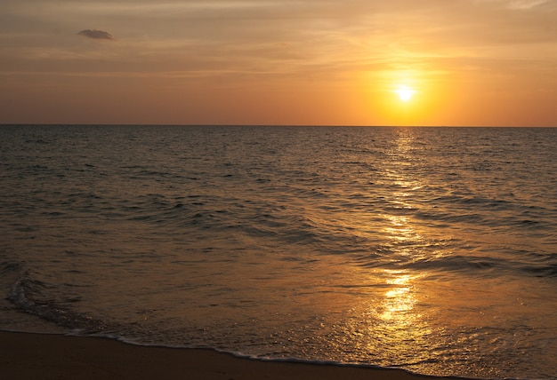 Coucher de soleil sur la mer d'andan à phuket en thaïlande.