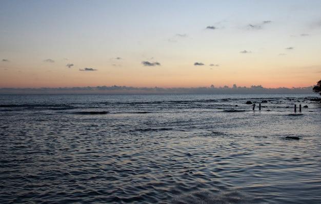 Coucher de soleil sur la mer aux eaux calmes à porto rico