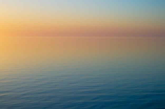 Coucher de soleil sur la mer baltique en lettonie