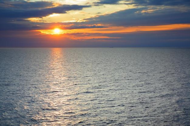 Coucher de soleil sur la mer baltique - paysage marin pittoresque au coucher du soleil avec horizon marin et nuages colorés. composition de l'espace de copie