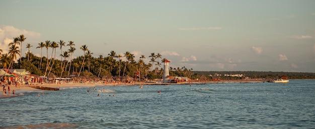 Coucher de soleil sur la mer à bayahibe, république dominicaine