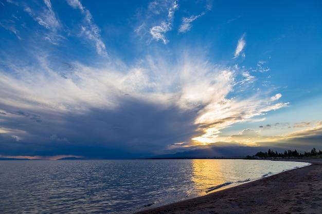 Coucher de soleil sur la mer, belles montagnes et nuages