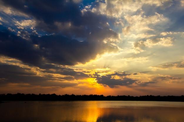 Coucher de soleil et mer calme, le temps qui passe