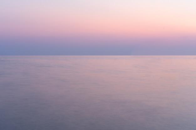 Coucher de soleil sur la mer avec ciel crépusculaire