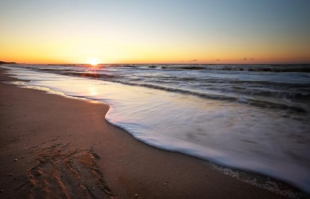 Coucher de soleil et mer. coucher de soleil sur la plage et la mer.