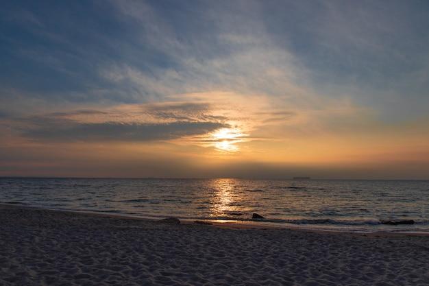 Coucher de soleil sur la mer estonie. l'europe 