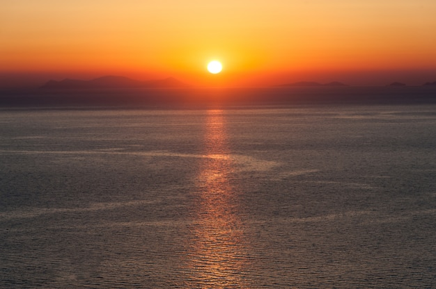 Coucher de soleil sur la mer de la grèce