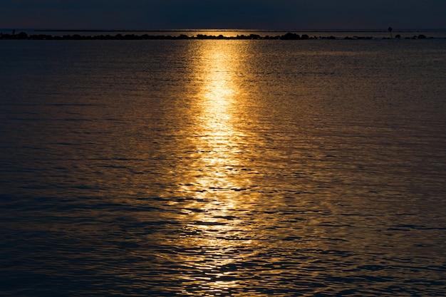 Coucher de soleil sur la mer, la lumière et les nuages du coucher de soleil sont paisibles