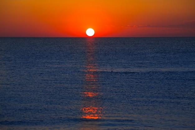 Coucher de soleil en mer méditerranée avec ciel orange