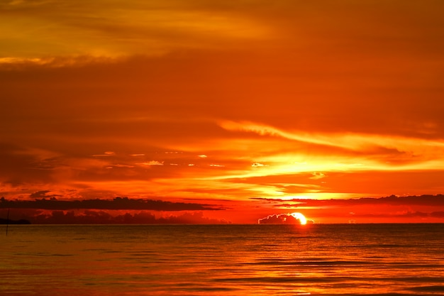 Coucher de soleil sur la mer et l'océan dernier nuage de silhouette ciel rouge clair