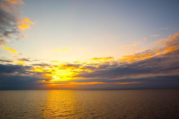 Coucher de soleil sur la mer - paysage marin au coucher du soleil avec horizon marin