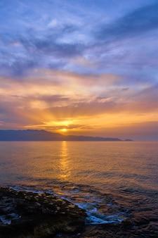 Coucher de soleil sur la mer avec paysage marin de ciel dramatique. île de crète, grèce