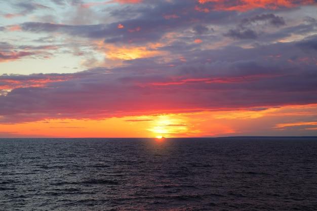 Coucher de soleil sur la mer - paysage marin pittoresque au coucher du soleil avec horizon marin et nuages colorés