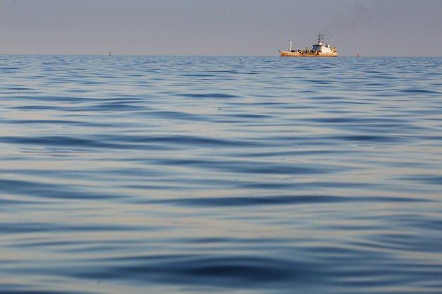 Coucher de soleil de la mer et silhouette du navire de la marine
