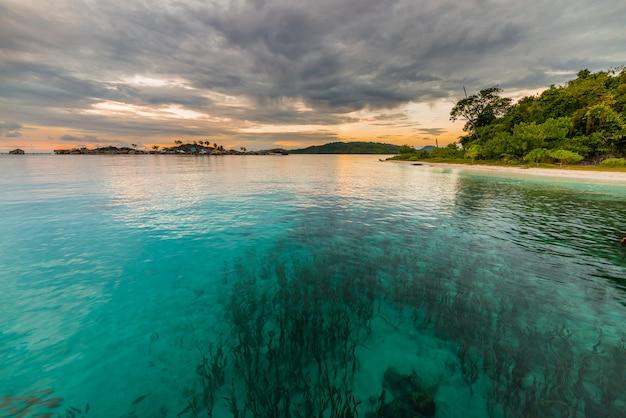 Coucher de soleil sur la mer transparente, îles togian, indonésie
